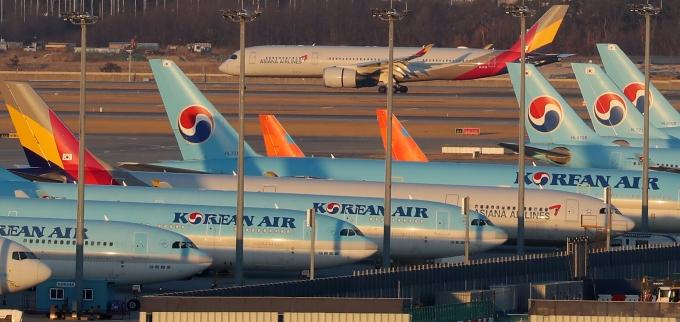 대형항공사가 화물 수송으로 실적 위기를 다소 극복할 것으로 전망된다. 사진은 인천국제공항에 주기된 대형항공사 여객기. /사진=뉴시스 DB