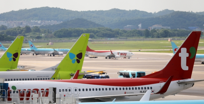 LCC업계의 실적 위기가 당분간 지속될 것으로 예측된다. 사진은 김포공항에 주기된 LCC 여객기. /사진=뉴시스 DB