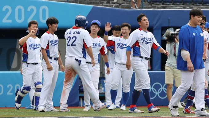 지난 2일 오후 도쿄 가나가와현 요코하마스타디움에서 열린 2020도쿄올림픽 야구 녹아웃 스테이지 2라운드 이스라엘전 7회말 투아웃 2루 상황에 김현수가 홈인해 선수들과 기뻐하고 있다. /사진= 뉴스1