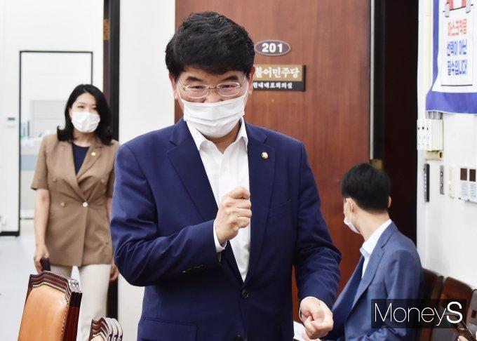 [머니S포토] 與 원내대책회의 입장하는 박완주 정책위의장