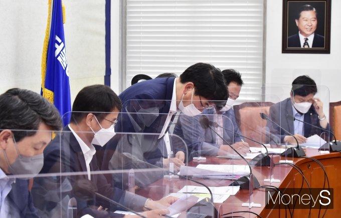 [머니S포토] 與 원내대책회의, 인사하는 '박완주'