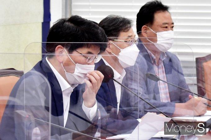 [머니S포토] 마스크 고쳐쓰는 박완주 與 정책위의장