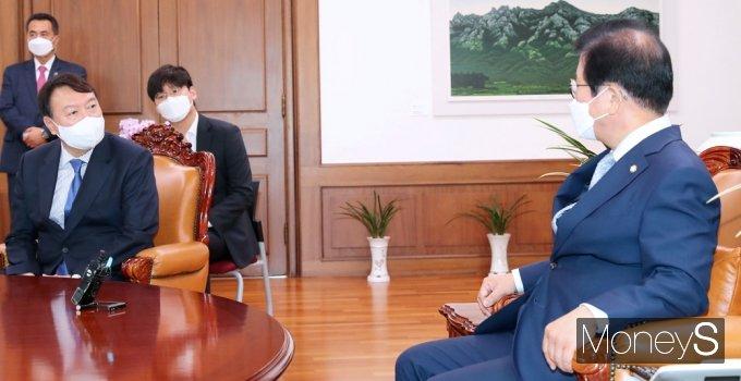 """[머니S포토] 박병석 예방 윤석열 """"정치 시작하면서 존경하는 의장님 찾아 뵙게되었다"""""""
