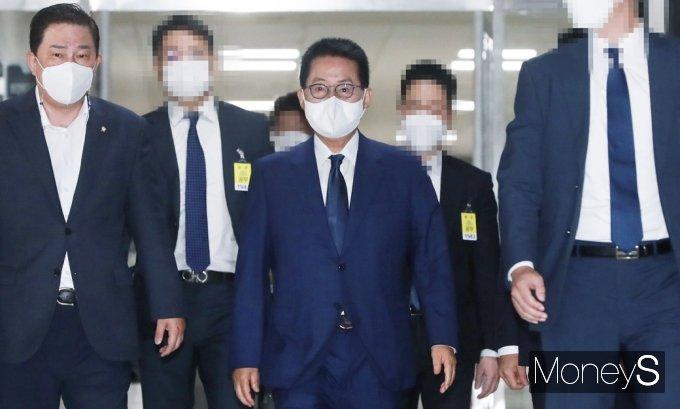 [머니S포토] 국회 정보위 출석하는 박지원 국정원장