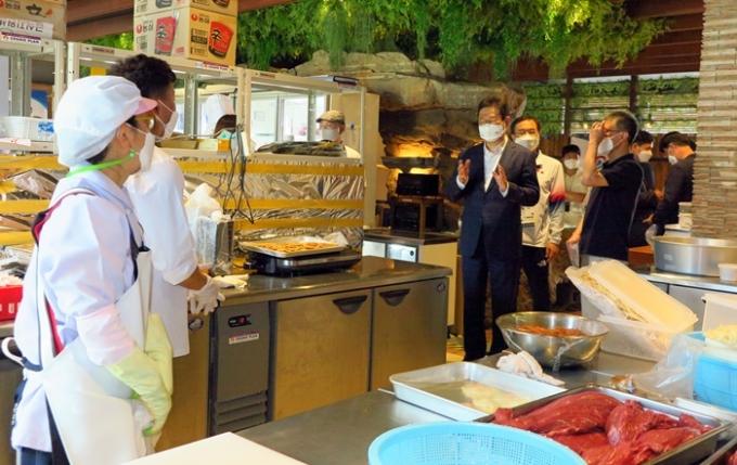 일본 정부가 한국이 자체적으로 운영하는 한국 선수단 급식센터를 두고 문제를 제기했다. 사진은 황희 문화체육관광부 장관이 지난달 24일 대표팀 급식센터를 방문한 모습. /사진=뉴시스(주일한국문화원)