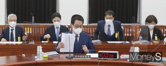[머니S포토] 국회 정보위, 자료 살피는 박지원 국정원장