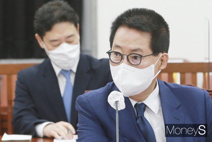 [머니S포토] 국회 정보위, 현안보고 준비하는 '박지원'