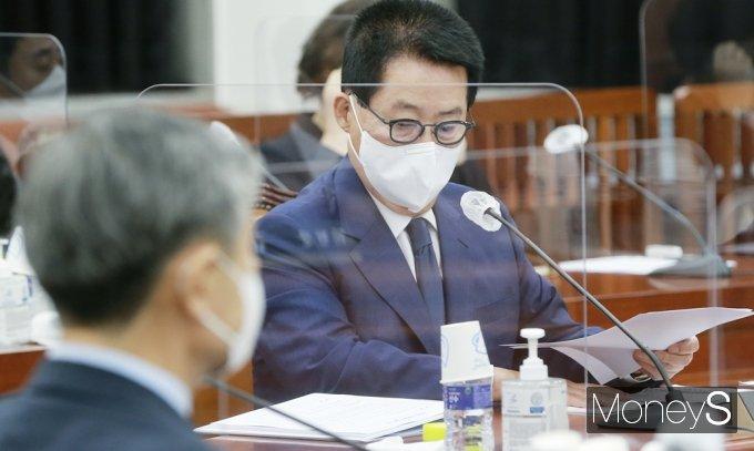 [머니S포토] 北 동향 자료 살피는 박지원 국정원장