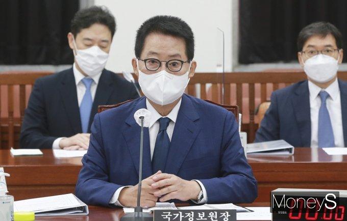 [머니S포토] 현안보고 차 국회 상임위 출석한 국정원 '박지원'