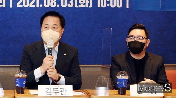 [머니S포토] 자영업자들 만난 김두관 대선 예비후보