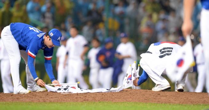 사진은 지난 2014년 인천 문학야구장에서 열린 2014아시안게임 야구 한국과 대만의 결승전 경기에서 한국이 6-3으로 승리한 후 마운드에 태극기 꽂고 있다. /사진=뉴스1