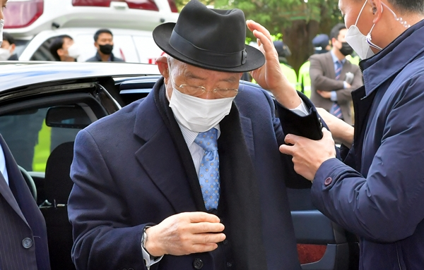 전두환씨가 항소심 이후 처음으로 광주 법정에 설지 관심이 쏠리고 있다. 사진은 2020년 광주지방법원으로 들어가는 전두환씨의 모습이다. /사진=뉴시스