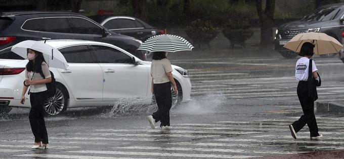 오는 4일 전국 곳곳에 천둥·번개를 동반한 소나기가 내릴 전망이다. 사진은 지난 2일 전북 전주시 백제대로에서 우산을 쓴 채 이동하는 시민 모습. /사진=뉴스1