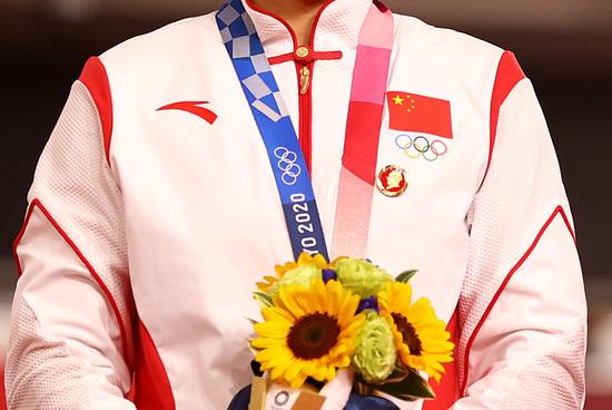 국제올림픽위원회는 중국 국가대표팀 선수 두 명이 마오쩌둥 배지를 달고 시상대에 오른 사건에 대한 조사에 착수했다. 사진은 지난 2일 2020도쿄올림픽 사이클 트랙 여자 스프린트 단체전에서 금메달을 획득한 중국 여자 사이클대표 바오샨주. /사진=로이터