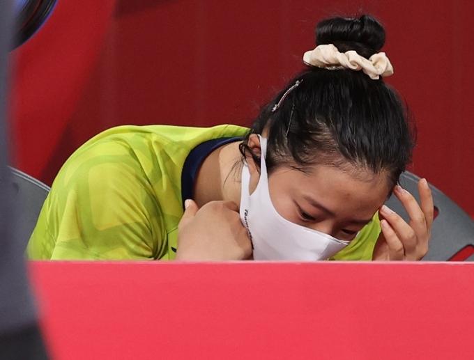 한국 여자 탁구 대표 신유빈이 3일 오후 일본 도쿄 메트로폴리탄 체육관에서 열린 독일과의 2020도쿄올림픽 탁구 여자 단체 8강전에서 2-3으로 패해 탈락이 확정되자 아쉬워하고 있다. /사진=뉴스1