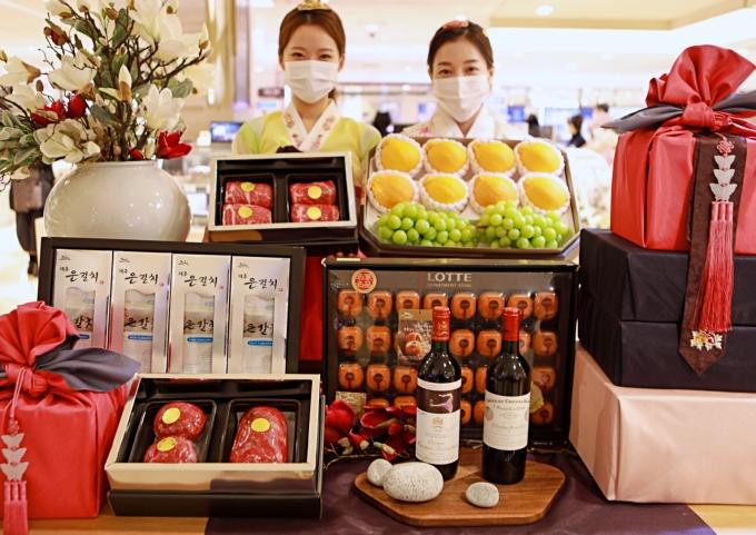 롯데백화점은 6일부터 사전예약 판매에 들어간다. 품목은 축산·과일·수산 등 신선식품 68종과 건강식품 60종을 포함해 200개에 달한다./사진제공=롯데백화점