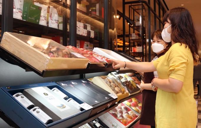 신세계백화점은 오는 13일부터 내달 3일까지 총 22일간 2021년 추석 선물세트 예약 판매에 나선다. 판매 품목은 지난해 추석보다 60여 품목이 늘어난 총 350가지다./사진제공=신세계백화점