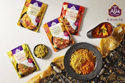 티·아시아 키친(T'Asia Kitchen)이 전자레인지에 1분만 돌려 바로 먹는 티·아시아 인도∙태국식 레토르트 커리의 인기에 힘입어 '조리형 분말 커리' 4종을 출시했다./사진제공=티·아시아 키친