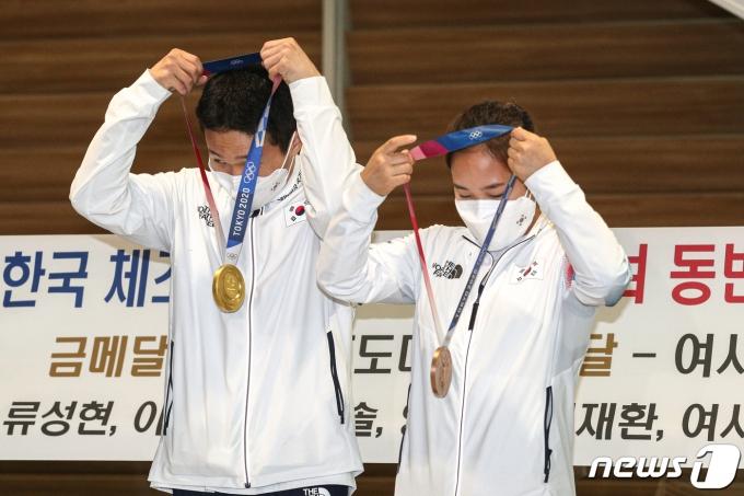 [사진] 여서정·신재환 '메달 목에 걸고'