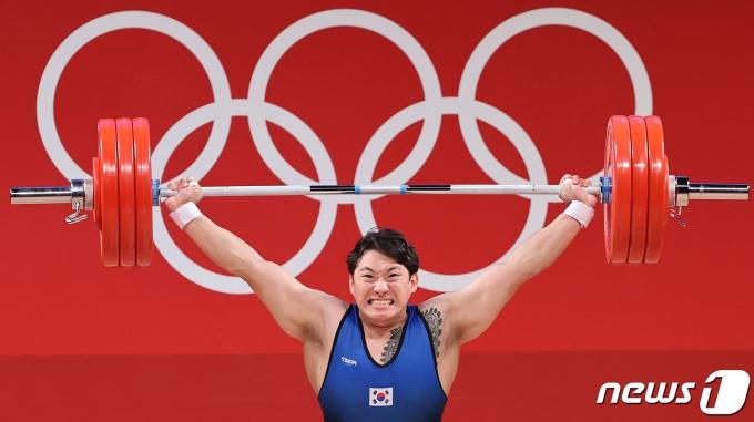[사진] 180kg 번쩍 든 진윤성