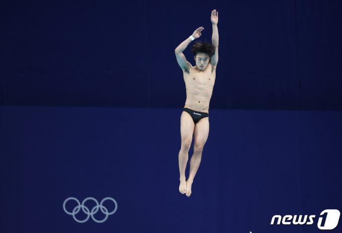 다이빙 우하람이 3일 일본 도쿄 아쿠아틱스 센터에서 열린 남자 3m스프링보드 준결승전에서 다이빙을 하고 있다. 2021.8.3/뉴스1 © News1 송원영 기자