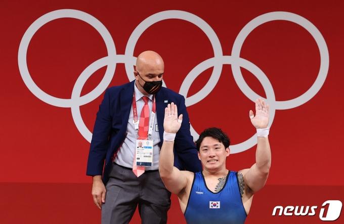 역도 진윤성이 3일 오후 일본 도쿄 국제포럼에서 열린 '2020 도쿄올림픽' 남자 역도 109kg급 경기 용상 3차시기에서 230kg에 실패한 후 손을 흔들어 인사하고 있다. 2021.8.3/뉴스1 © News1 이재명 기자
