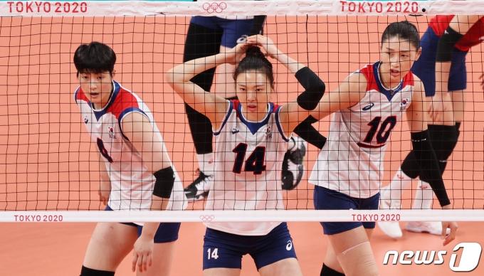2020 도쿄 올림픽에 출전하고 있는 김희진(왼쪽부터) 양효진, 김연경. 2021.8.2/뉴스1 © News1 이재명 기자