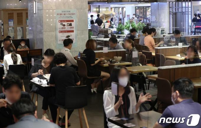수도권 지역에 새 거리두기 '4단계'가 시행된 지 4주차에 접어든 가운데 2일 서울의 한 식당가에서 시민들이 식사를 하고 있다. 2021.8.2/뉴스1 © News1 신웅수 기자