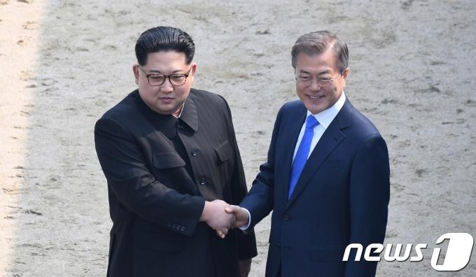 김정은 북한 조선노동다 총비서(왼쪽)와 문재인 대통령. 2018.4.27/뉴스1 © News1 한국공동사진기자단