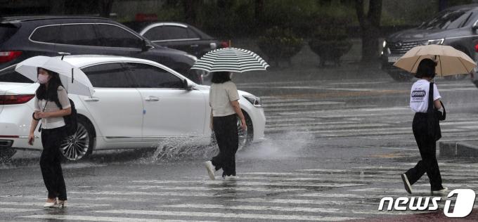 소나기가 내린 2일 전북 전주시 백제대로에서 우산을 쓴 시민들이 발걸음을 옮기고 있다. 2021.8.2/뉴스1 © News1 유경석 기자