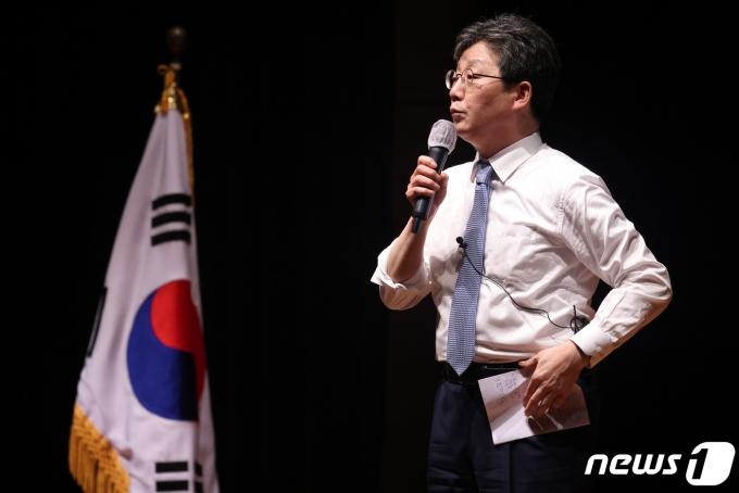 유승민 전 국민의힘 의원이 지난달 4일 경북 포항시 문화예술회관에서 열린 희망22 동해포럼 초청 특강에서