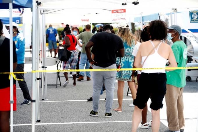 전세계 신종 코로나바이러스 감염증(코로나19) 누적 확진자가 2억명을 돌파했다. 사진은 지난 2일(현지시각) 미국 플로리다 팔메토에서 시민들이 코로나19 검사를 기다리는 모습. /사진=로이터