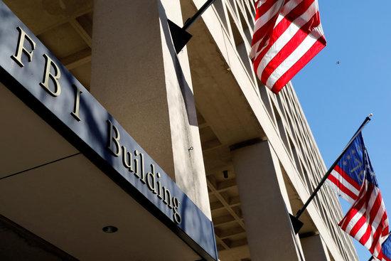 4일(한국시각) 영국 매체 BBC는 미 연방수사국 요원들이 사무실 직원들의 사진을 성범죄자들을 유인하기 위한 유인책으로 사용했다고 미 법무부 감찰 결과를 인용해 보도했다. 사진은 미국 워싱턴 미 연방수사국 본부. /사진=로이터