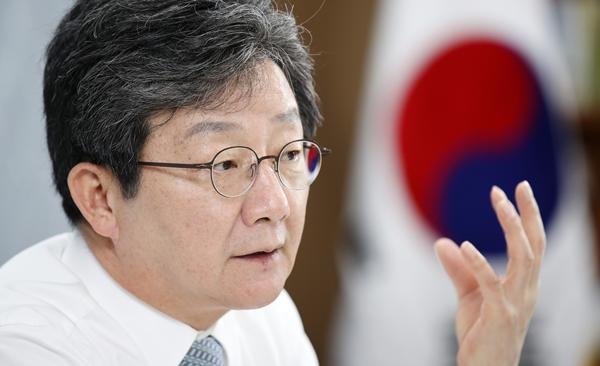 유승민 전 의원이 지난 3일 KBS 라디오에서 이재명 경기도지사의 '기본소득·주택' 공약을 비판했다. 사진은 유 전 의원이 지난달 22일 인터뷰를 하는 모습이다. /사진=뉴시스