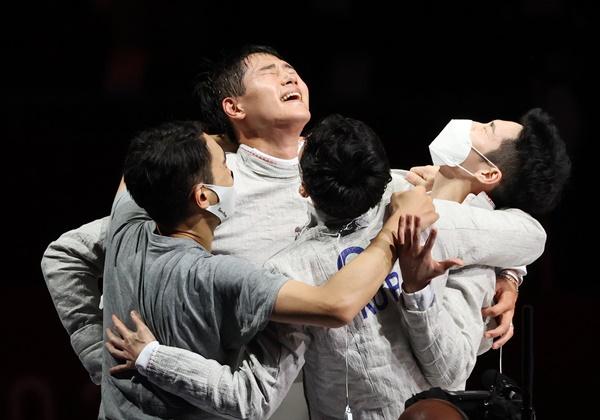 김정환·구본길·오상욱·김준호 선수가 지난 28일 일본 지바 마쿠하리 메세 B홀에서 열린 2020도쿄올림픽 펜싱 남자 사브르 결승전 이탈리아와의 경기에서 승리해 기뻐하는 모습이다. /사진=뉴스1
