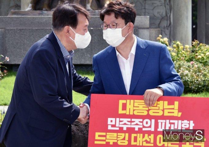 [머니S포토] 靑 권성동 1인시위 현장 찾은 野 잠룡 윤석열