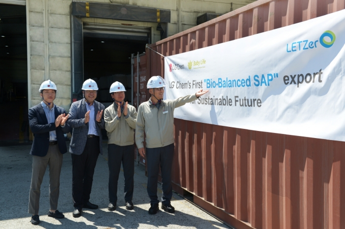 LG화학 임직원들이 여수공장에서 바이오 밸런스드 SAP의 첫 출하를 기념하고 있다. / 사진=LG화학
