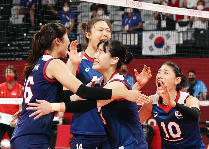 배구대표팀 선수들이 4일 오전 일본 도쿄 아리아케 아레나에서 열린 2020도쿄올림픽 여자 배구 8강 터키와의 경기에서 승리해 준결승 진출했다. /사진=뉴스1