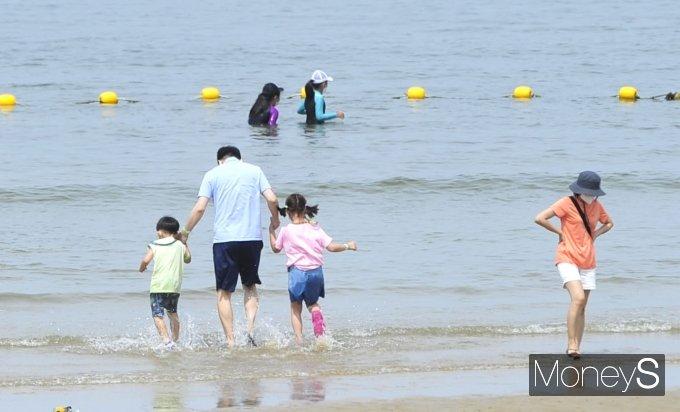 [머니S포토] '아빠 손잡고 바다로'
