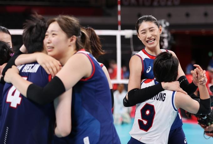 여자 배구대표팀이 4일 오전 일본 도쿄 아리아케 아레나에서 열린 2020도쿄올림픽 여자 배구 8강 터키전에서 세트스코어 3-2로 이긴 후 기뻐하고 있다. /사진=뉴스1