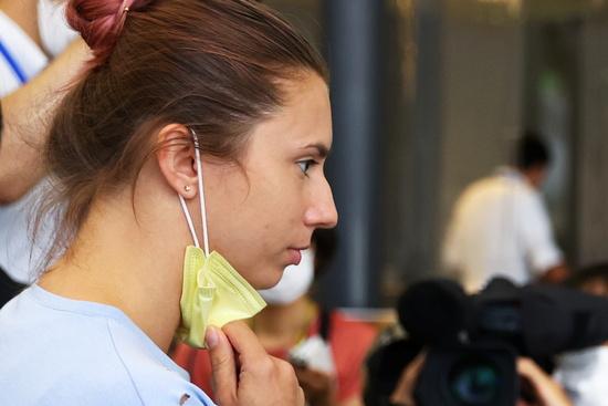 4일 로이터통신에 따르면 벨라루스 여자 육상 선수 크리스티나 치마누스카야(24)가 탑승한 비행기가 일본 나리타국제공항을 출발했다. 사진은 4일 오전 일본 나리타국제공항에서 출국절차를 밟고 있는 치마누스카야. /사진=로이터