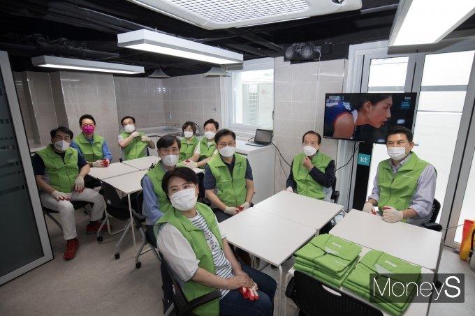 [머니S포토] 자원봉사 내용 설명 듣는 국민의힘 대선 경선 후보들