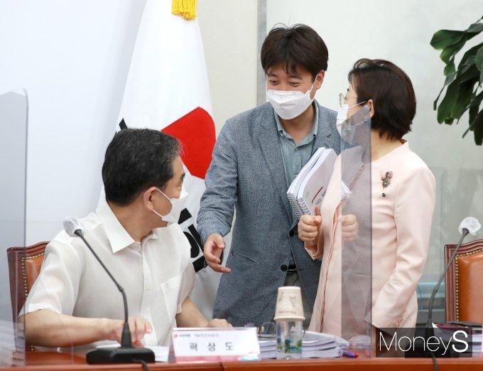 [머니S포토] 곽상도·김정재 의원과 인사하는 이준석 대표