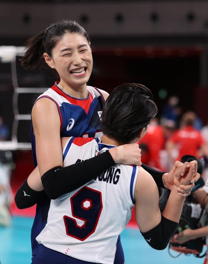 김연경이 4일 일본 아리아케 아레나에서 열린2020도쿄올림픽 여자 배구 8강에서 터키를 꺾고 승리가 확정되자 기뻐하고 있다. /사진=뉴스1