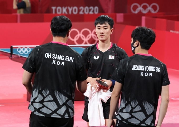 이상수(가운데)가 4일 일본 도쿄체육관에서 열린 중국과의 2020도쿄올림픽 남자 탁구 단체전 4강 3번째 경기에서 패해 결승 진출이 확정된 이후 아쉬워하고 있다. /사진=뉴시스