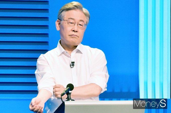 [머니S포토] TV토론 준비하는 與 잠룡 '이재명'