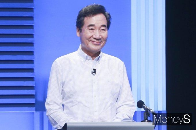 [머니S포토] 대선 경선 2차 TV토론, 미소 짓는 與 잠룡 이낙연