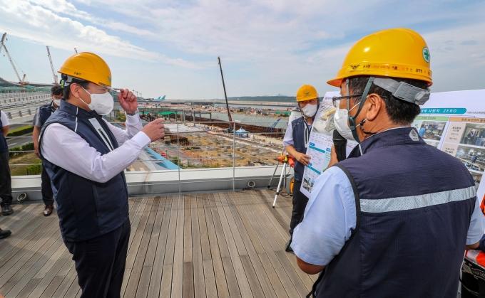 김경욱(왼쪽) 인천국제공항공사 사장이 인천공항 4단계 건설현장 근로자들의 안전사고를 예방하기 위해 4일 특별안전점검에 나섰다. /사진=인천국제공항공사