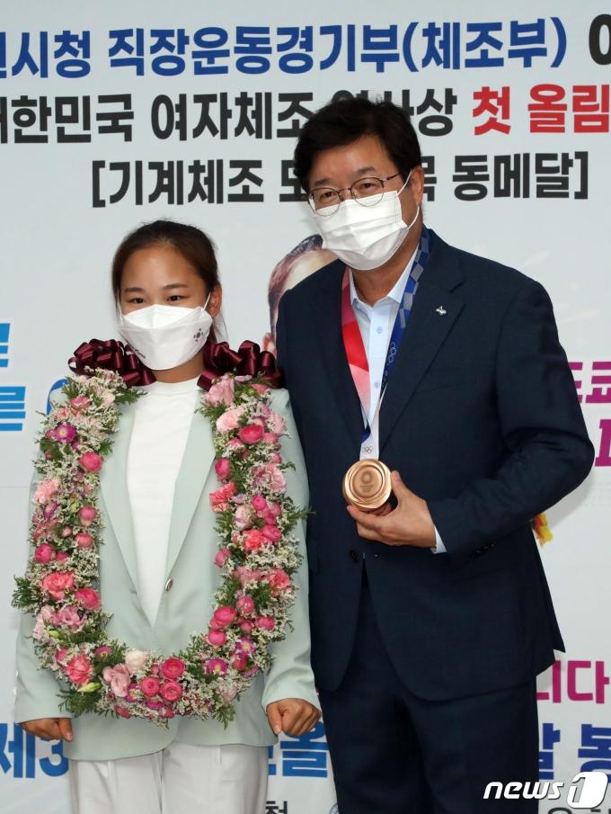 [사진] 여서정, 됴쿄올림픽 동메달 봉납식