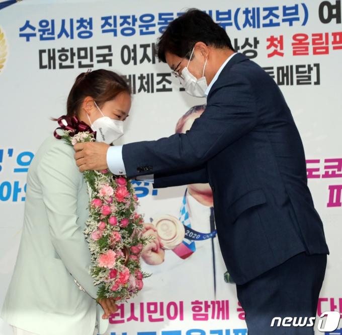[사진] 꽃목걸이 받는 여서정